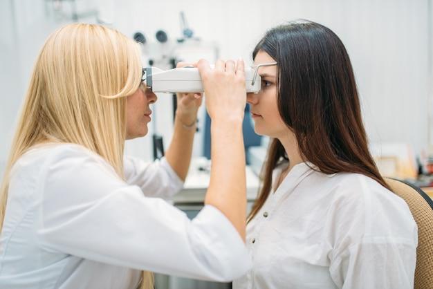 Проверка зрения в кабинете оптика, офтальмология
