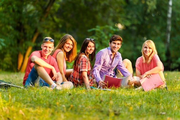 F счастливые студенты с книгами в парке