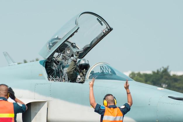 Истребитель f16 ввс таиланда движется по рд, готовится к взлету на базе ввс таиланда в таиланде