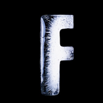 F замороженная вода в форме алфавита на черном фоне