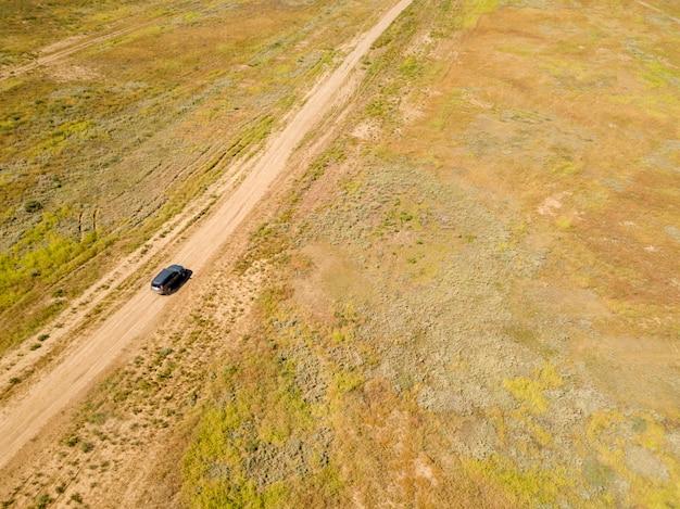 夏のグリーンフィールドfの空中オフロードトラック