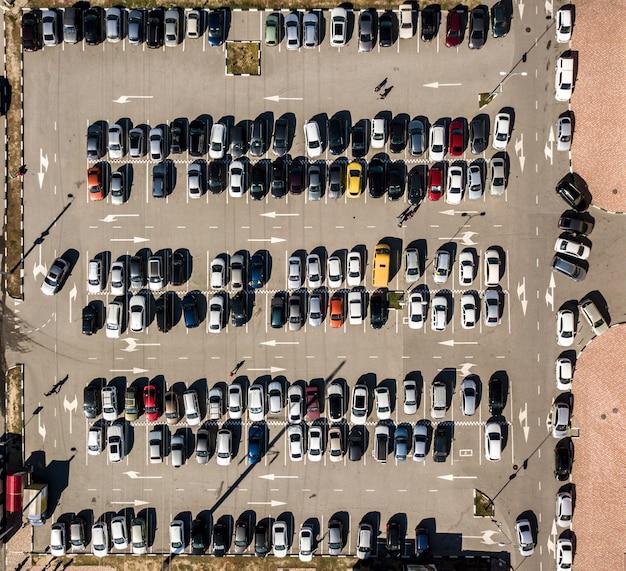 Вид сверху на автомобильную парковку текстуры воздушного беспилотника выстрелил фон f