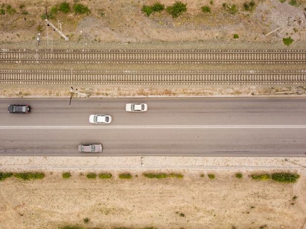 鉄道トラックfと田舎の孤立した道路の空中のトップビュー