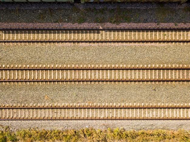 Верхний вид с воздуха некоторых рельсовых путей текстуры изолированные f