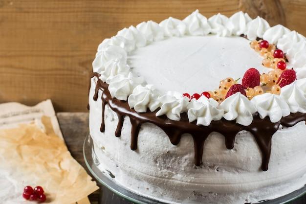 イチゴ、クランベリー、ミントで飾られたビクトリアのサンドイッチケーキ。デザート。ブラックf