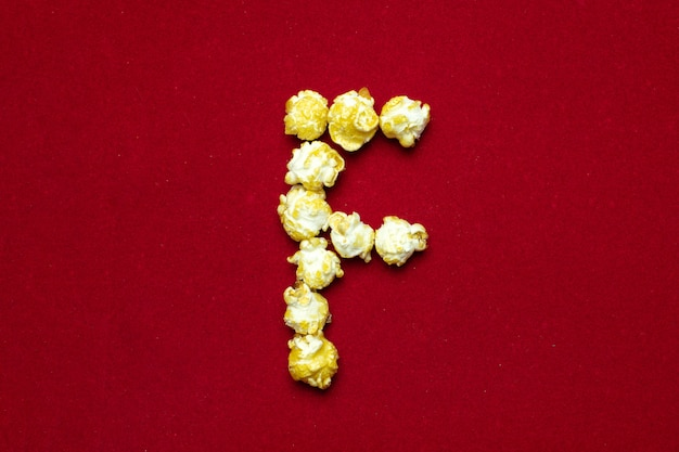 文字fと映画館のポップコーンからの英語のアルファベット