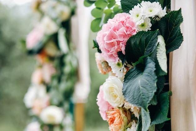 イタリアの結婚式の装飾。グリーンユーカリ、オレンジ、ピンクのf