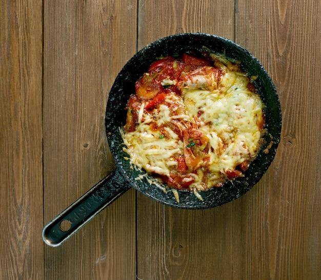 """Fã""""â±rã""""â±nda karides guvech焼きエビ、野菜とチーズ、トルコ"""