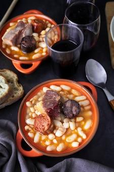 Типичное испанское блюдо из бобовых fabada asturiana