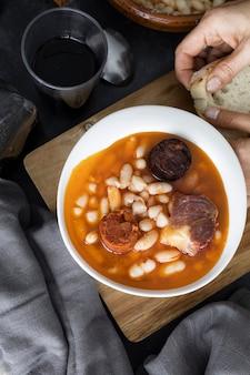 Типичное испанское блюдо из бобовых fabada