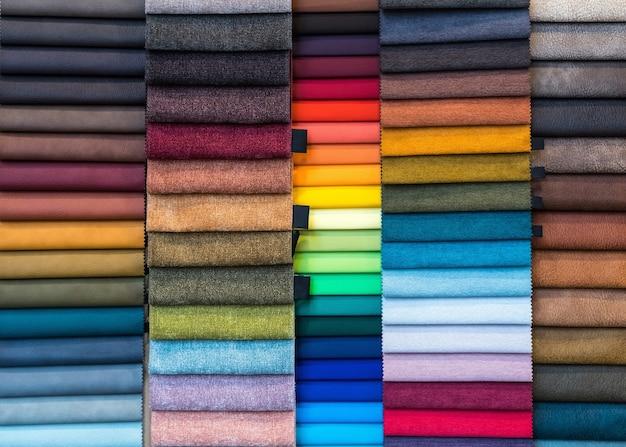 Образцы тканей и текстиля в заводском цехе или магазине.