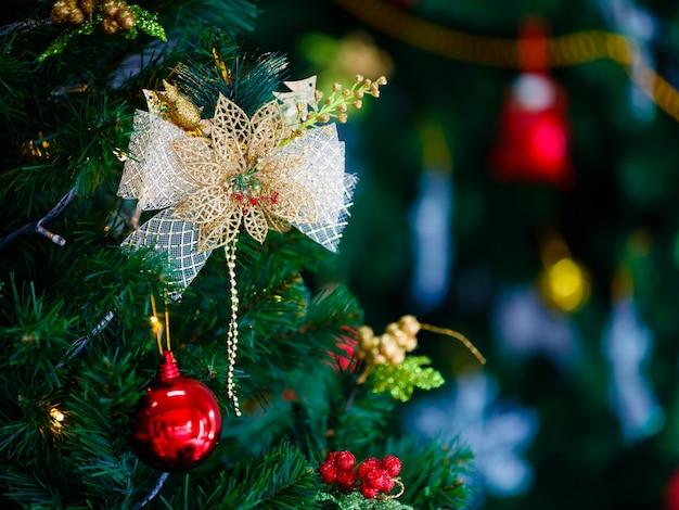 Ткань, украшающая бант, висящая на елке с местом для текста справа.