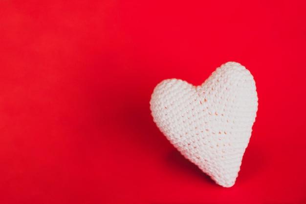 Ткань сердце на красном фоне