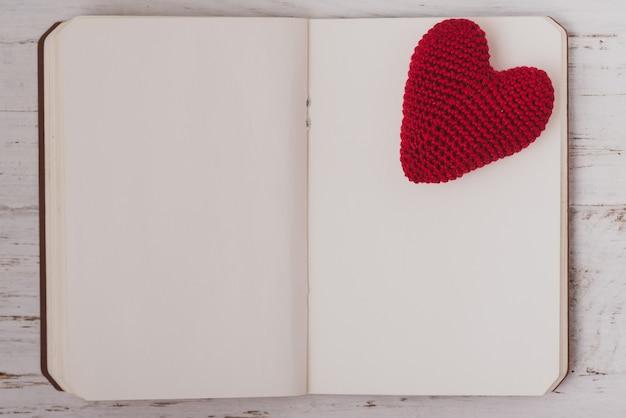 Ткань сердца на верхней части пустой блокнот