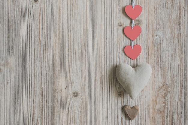 Ткань сердца с красными бумажными сердечками и один коричневый цвет