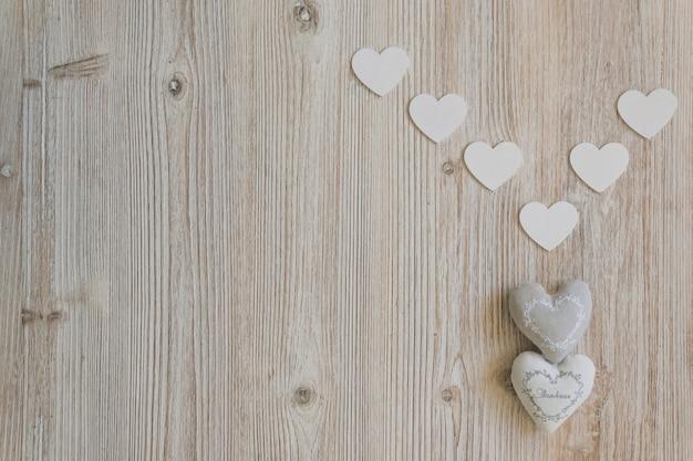 Ткань сердца с белыми бумажными сердцами