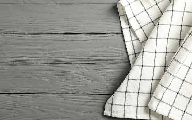 Салфетка из ткани на деревянном фоне, место для текста
