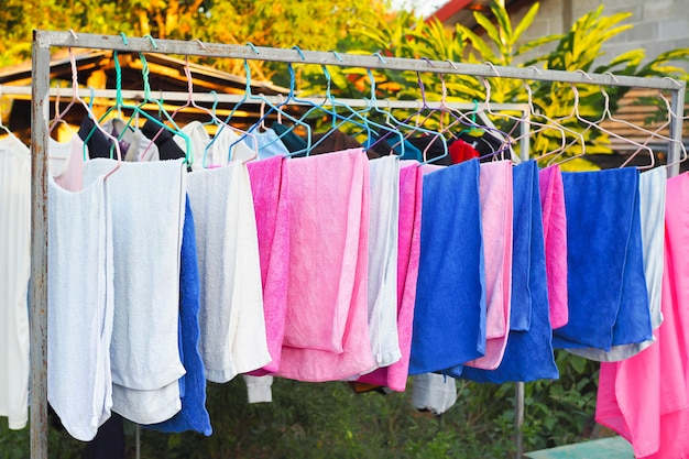 家の服のラインとランドリーラインのファブリック。カラフルなタオル