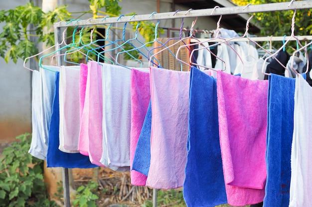 Ткань линии белья с бельевой веревкой в доме. красочное полотенце