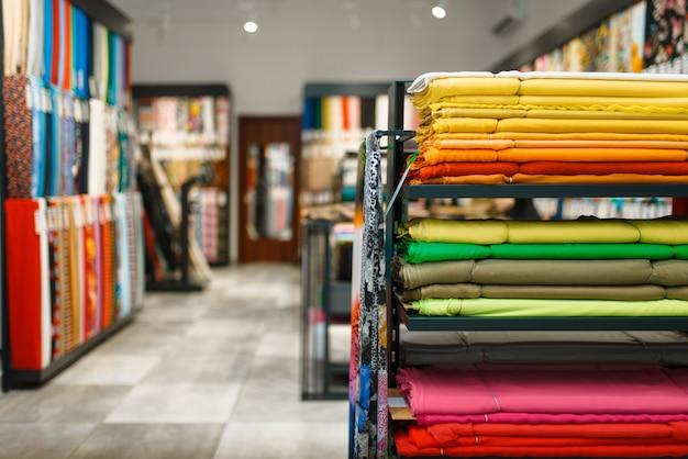 Ткань на полках в магазине текстиля