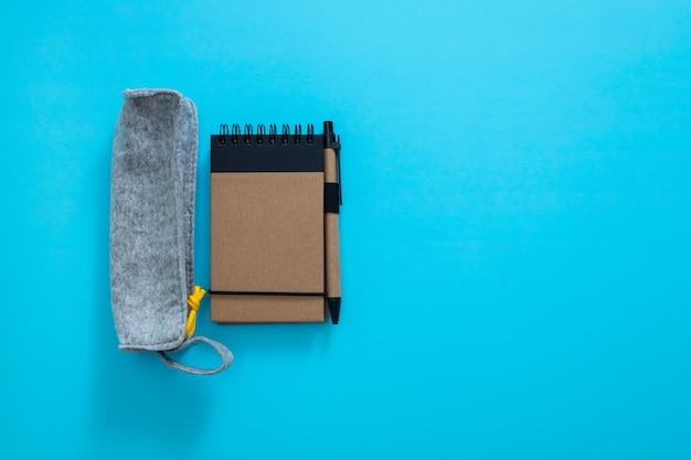 青い背景のファブリックペンケース