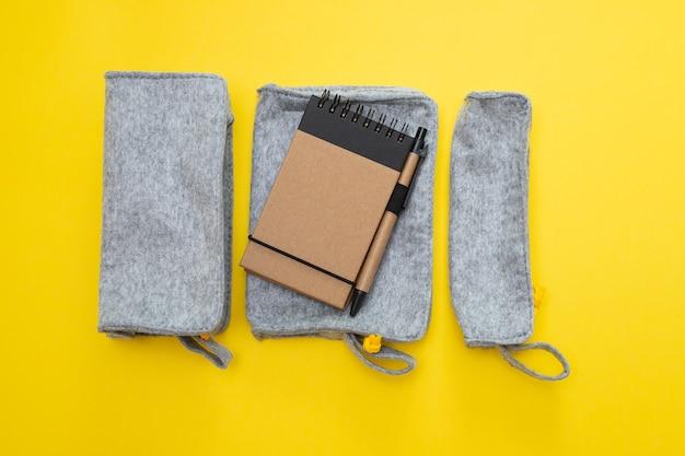 黄色の背景にメモ帳付きのファブリックペンケース