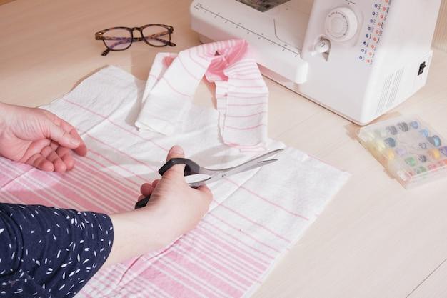 Процесс раскроя ткани, хозяйственная сумка из эко-хлопка