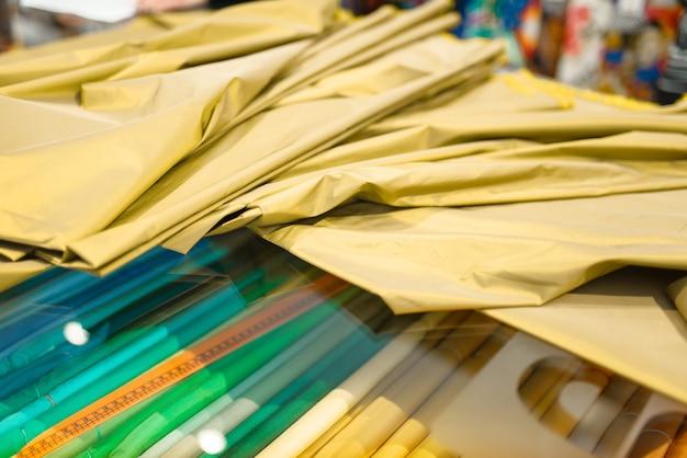 Ткань ткани и измерительная лента на витрине в крупном плане магазина, никто. витрина с тканью для шитья