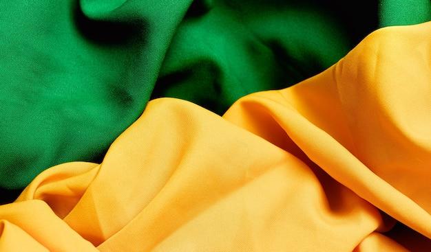 브라질 국기의 색상을 상기시키는 녹색 및 노란색 색상의 패브릭 질감 배경
