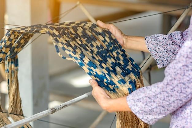 インディゴで染められた生地織りの準備ができて、サコンナコーン、タイ