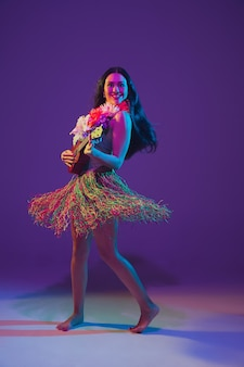 Сказочная танцовщица синко де майо на фиолетовой стене студии в неоновом свете
