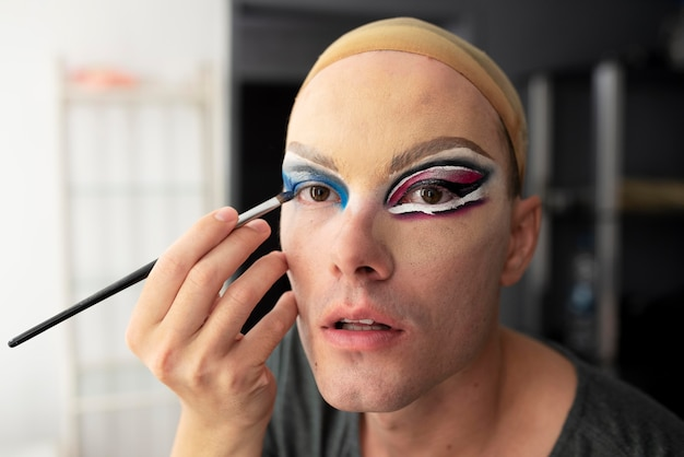 彼女の化粧を準備する素晴らしいドラッグクイーン
