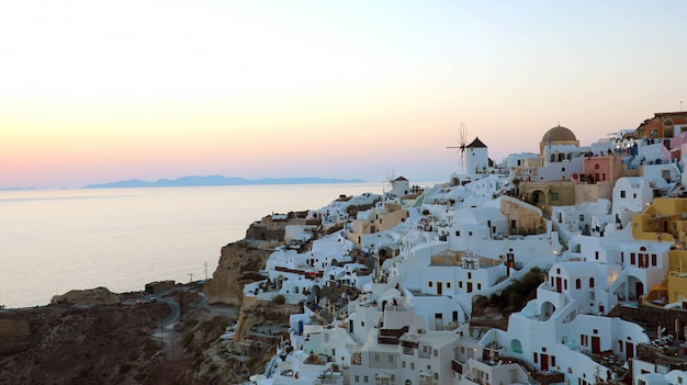 Сказочная живописная деревня ия на острове санторини на закате, греция