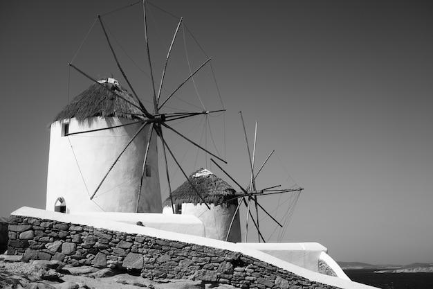 ギリシャのミコノス島の海沿いの素晴らしい風車。ギリシャの風景、白黒写真