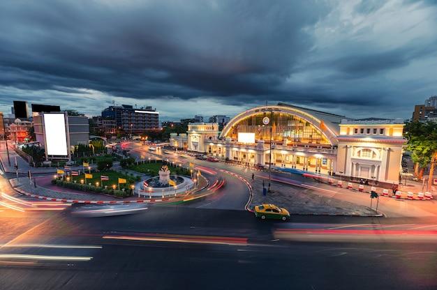 Facade antique hua lamphong railway station illuminated with car traffic