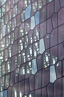レイキャビクのハルパコンサートホールのファサードの詳細