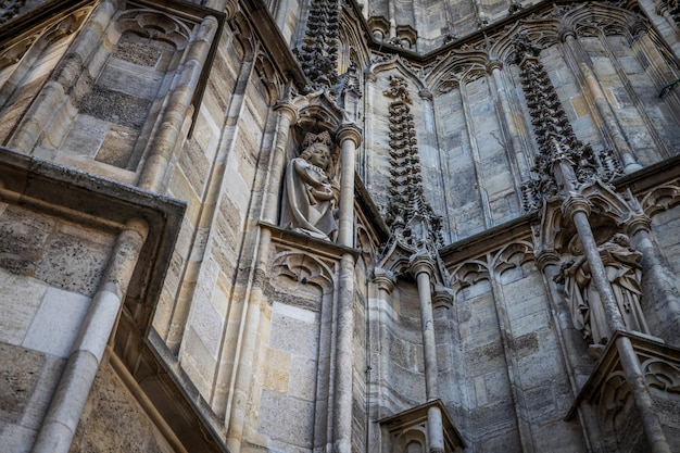 Фасадные детали собора святого стефана - главной австрийской церкви, расположенной в центре вены