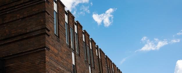 Фрагмент фасада современного офисного здания над голубым небом, современная архитектура