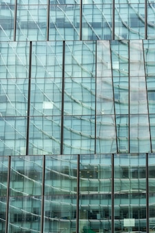 ガラスの建物のファサード-未来派の背景。