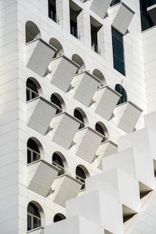 현대 아파트 건물의 외관입니다. 외부 및 건축 설계 개념에 대한 건물 전망의 발코니가 있는 정면의 선 패턴