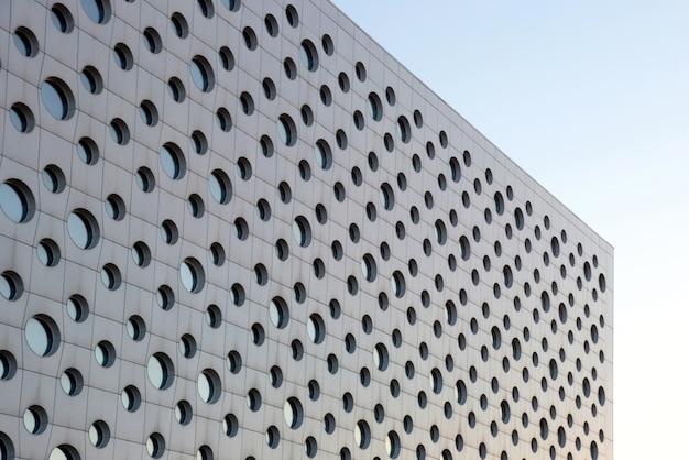 둥근 창문이있는 현대적인 건물의 외관