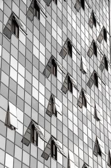 開いた窓のあるモダンなビジネスビルのファサード