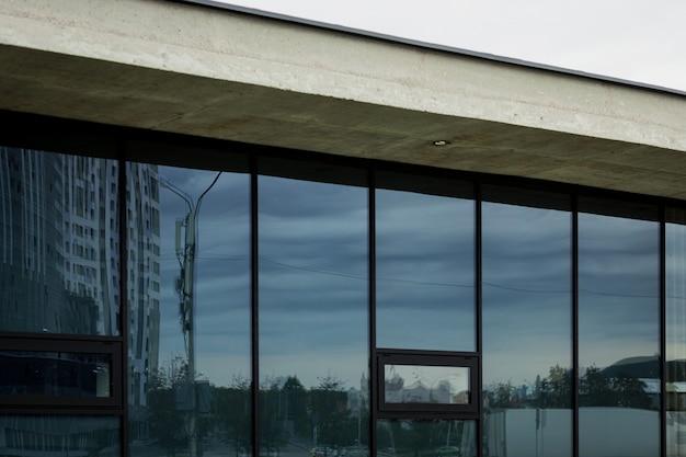 大きな窓のあるモダンなスタイルの家のファサード。設計要素としてのコンクリート