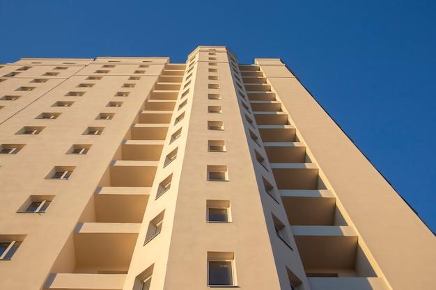 새로운 다층 주거용 건물의 외관. 건축과 현대 건축