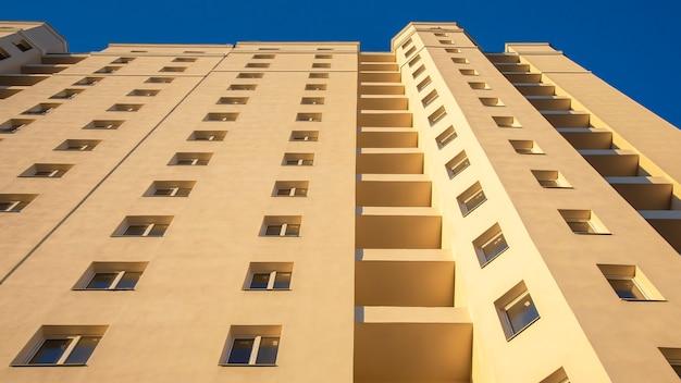 새로운 다층 주거용 건물의 외관