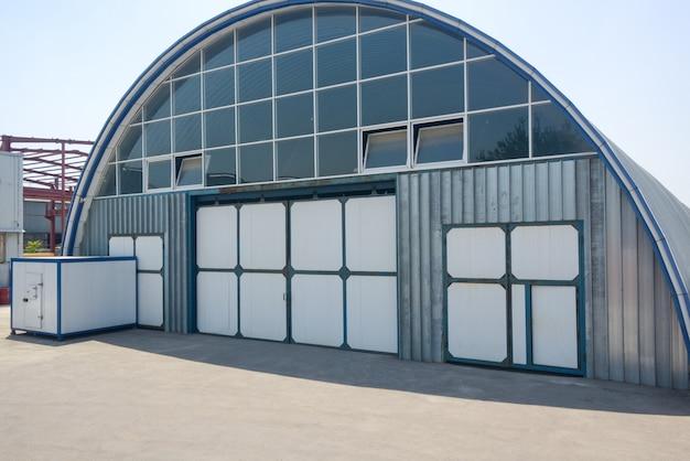 楕円形の屋根を持つ産業倉庫のファサード