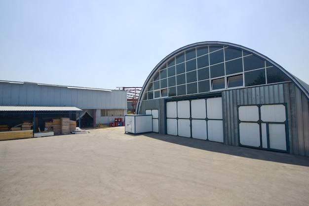 타원형 지붕이 있는 산업 창고의 외관