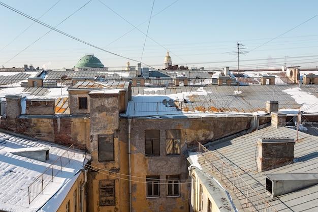 Фасад старого дома со двора в центре санкт-петербурга, россия.