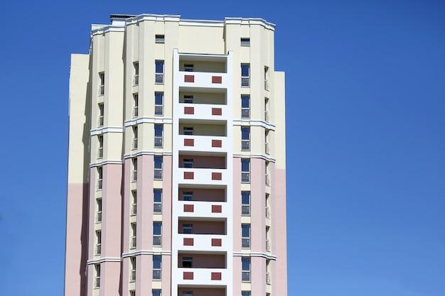 하늘을 배경으로 아파트 건물의 외관