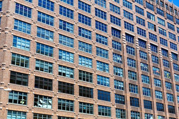 木製の窓とレンガ造りの建物のファサード。